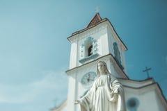 Kippen Sie Schiebeschießen der Kirche und Statue in Brasilien stockbild