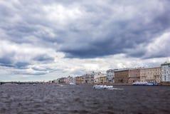 Kippen Sie und verschieben Sie Ansicht des üblichen dunklen Wassers von Neva-Fluss unter Gewitterwolken in St Petersburg Stockfotos