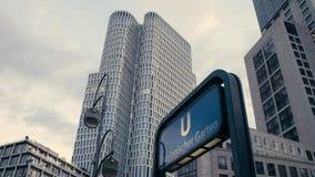 Kippen Sie unten von Metro U-Bahnzeichen Zoologischer Garten mit oberem Westturm und von Zoofenster im Hintergrund zum Metro-Eing stock video footage