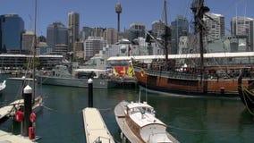 Kippen Sie vom nationalen Seemuseum des süßen Hafens zu Sydney-Turm und -Skylinen stock footage