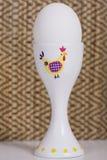 Kippen wit ei op het voetstuk die zich op een witte lijst bevinden Royalty-vrije Stock Foto's