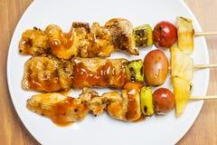 Kippenbarbecue en tomaat, ananas, Spaanse peper Stock Fotografie