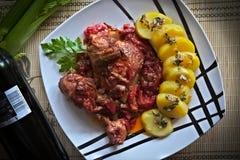Kippenbenen met aardappels en rode wijn Royalty-vrije Stock Afbeeldingen