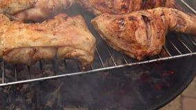 Kippenbenen op de grill worden geroosterd die stock video