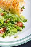 Kippenborst in Frans gebakje met verse salade royalty-vrije stock foto