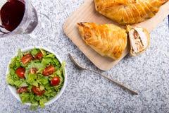Kippenborst in Frans gebakje met verse salade stock fotografie