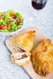 Kippenborst in Frans gebakje met verse salade Stock Foto