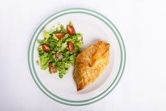 Kippenborst in Frans gebakje met verse salade Stock Afbeeldingen