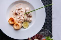 Kippenborst met de romig wit saus van de wijnpaddestoel en bladerdeeg royalty-vrije stock foto's