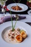 Kippenborst met de romig wit saus van de wijnpaddestoel en bladerdeeg stock afbeeldingen