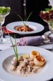 Kippenborst met de romig wit saus van de wijnpaddestoel en bladerdeeg royalty-vrije stock afbeelding