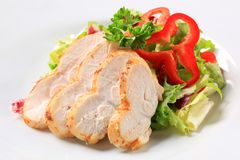 Kippenborst met groene salade Stock Foto's
