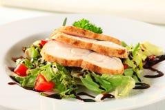Kippenborst met groene salade Stock Fotografie