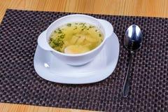 Kippenbouillon met een half gekookt ei en greens Royalty-vrije Stock Afbeelding