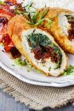 Kippenbroodje dat met spinazie en droge tomaten wordt gevuld Stock Foto