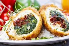 Kippenbroodje dat met spinazie en droge tomaten wordt gevuld Royalty-vrije Stock Foto's