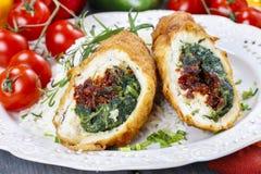 Kippenbroodje dat met spinazie en droge tomaten wordt gevuld Royalty-vrije Stock Foto