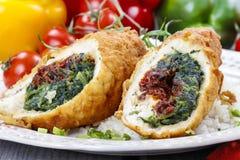 Kippenbroodje dat met spinazie en droge tomaten wordt gevuld Stock Foto's