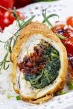 Kippenbroodje dat met spinazie en droge tomaten wordt gevuld Stock Fotografie