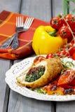 Kippenbroodje dat met spinazie en droge tomaten wordt gevuld Royalty-vrije Stock Fotografie