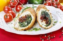 Kippenbroodje dat met spinazie en droge tomaten wordt gevuld Royalty-vrije Stock Afbeelding
