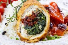 Kippenbroodje dat met spinazie en droge tomaten wordt gevuld Stock Afbeeldingen