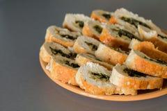 Kippenbroodjes met spinazie en kaas royalty-vrije stock foto's