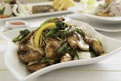 Kippenchow mein een populaire oosterse schotel beschikbaar in Chinees neemt outs royalty-vrije stock afbeelding