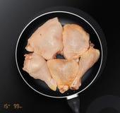 Kippendijen in een pan stock afbeelding