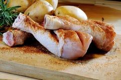 Kippendijen en aardappels op een hakbord Royalty-vrije Stock Afbeeldingen