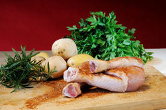 Kippendijen en aardappels op een scherpe raad royalty-vrije stock afbeelding