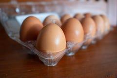 Kippeneieren in een plastic pak stock foto's