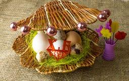 Kippeneieren en van kwartelseieren het Parelhoenei ligt samen als parels in shell op een houten lijst Royalty-vrije Stock Afbeelding