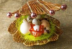 Kippeneieren en van kwartelseieren het Parelhoenei ligt samen als parels in shell op een houten lijst Royalty-vrije Stock Afbeeldingen