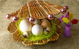 Kippeneieren en van kwartelseieren het Parelhoenei ligt samen als parels in shell op een houten lijst Stock Foto's