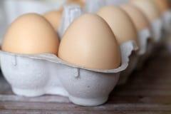 Kippeneieren in het close-up van het kartonpakket royalty-vrije stock foto's