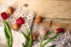Kippeneieren op een wit gehaakt tafelkleed royalty-vrije stock afbeelding