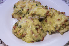 Kippenfilet met groenten en kaas wordt bedekt die Russische feestelijke keuken Stock Foto's