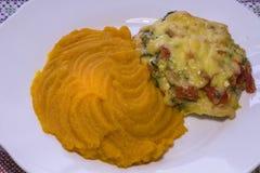 Kippenfilet met groenten en pompoenhavermoutpap die wordt bedekt Royalty-vrije Stock Afbeelding