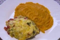 Kippenfilet met groenten en pompoenhavermoutpap die wordt bedekt Royalty-vrije Stock Fotografie