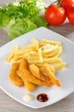 Kippengoudklompjes/kleverige vingers met frieten Stock Afbeelding