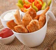 Kippengoudklompjes met saus en groenten Royalty-vrije Stock Afbeeldingen