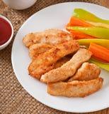 Kippengoudklompjes met saus en groenten Stock Afbeeldingen