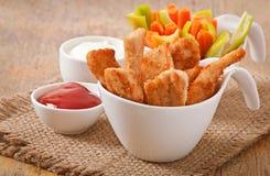 Kippengoudklompjes met saus en groenten Stock Fotografie