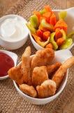 Kippengoudklompjes met saus en groenten Stock Afbeelding