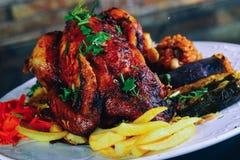 kippengrill met aardappel stock afbeelding