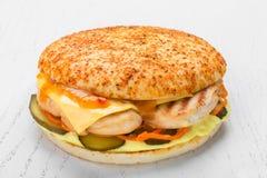 Kippenhamburger met kippengrill, groenten in het zuur, kaas, wortel royalty-vrije stock afbeelding