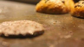 Kippenhamburger op het fornuis, de kokende olie en de rook wordt gebraden die Gebraden gerechtbrood op een plaat voor een Hamburg stock footage
