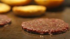 Kippenhamburger op het fornuis, de kokende olie en de rook wordt gebraden die Gebraden gerechtbrood op een plaat voor een Hamburg stock video