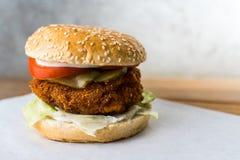 Kippenhamburger op houten lijst grijze achtergrond stock foto's